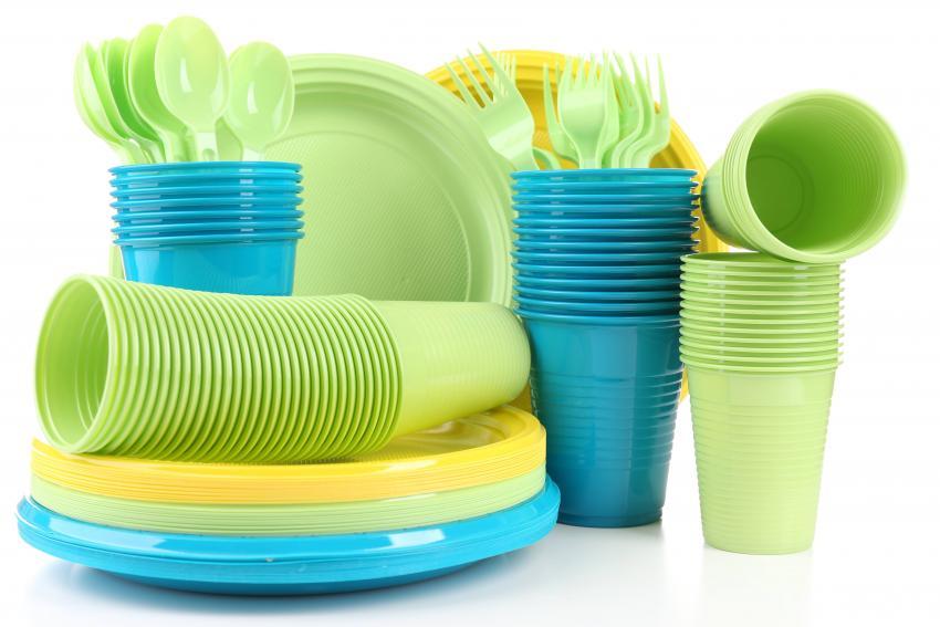 Почему в России планируют запретить производство одноразовой посуды и ватных палочек