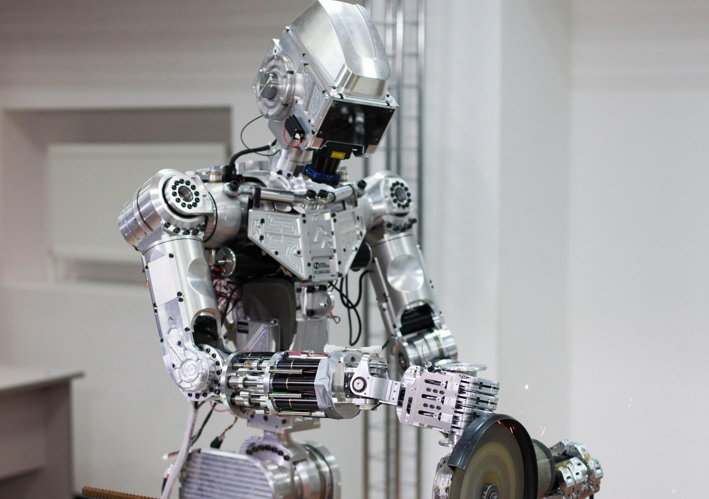 Российский робот-андроид FEDOR умеет садиться на шпагат, работать с дрелью и стрелять с двух рук